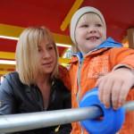 Мама с ребенком на площадке