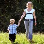 Мать с ребенком гуляют
