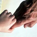Рука отца и ребенка