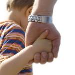 Ребенок держит за руку родителя