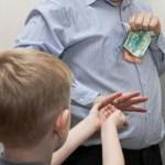 Ребенок берет деньги